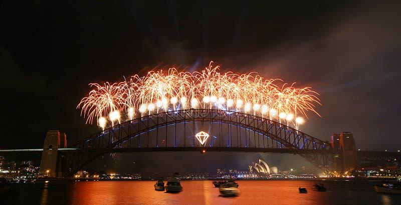 Displau dos fogos-de-artifício sobre a ponte do porto foto de stock royalty free