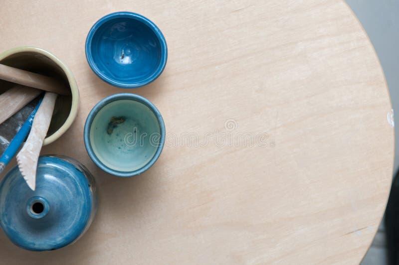 Displaye feito à mão dos produtos da cerâmica em uma tabela de madeira fotografia de stock