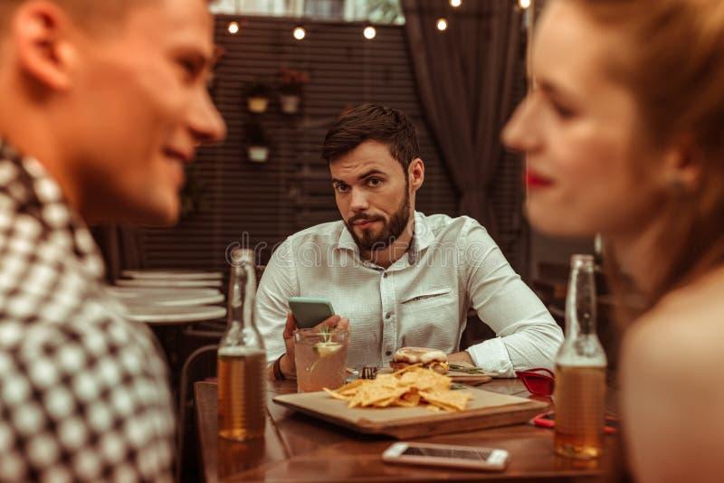 Displeased bohrte das unbefriedigte Manngefühl, das mit seinen Flirtunholden gestört wurde lizenzfreie stockfotografie