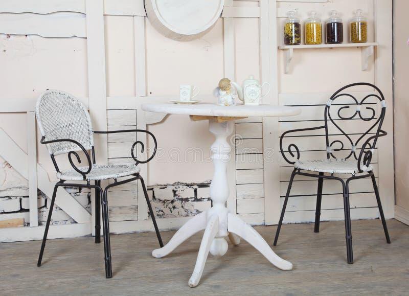 Disponga una prima colazione felice della famiglia per due amanti nella cucina del villaggio, decisiva nei colori leggeri fotografia stock