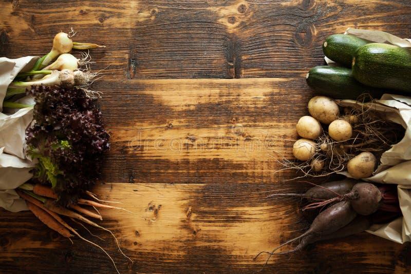 Disponibelt pappers- ekologiskt förpacka för grönsaker Nya organiska produkter och förlorad fri livsstil fotografering för bildbyråer