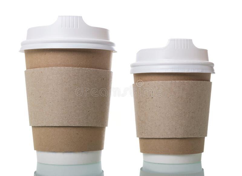 Disponibla koppar för varmt kaffe till takeawayen som isoleras på vit arkivbilder
