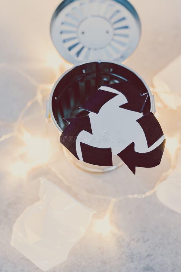 Disponibla koppar och avskräde slänga i soptunnan med återanvänder symbolet, begrepp av att förminska singel-bruk plast- arkivfoto