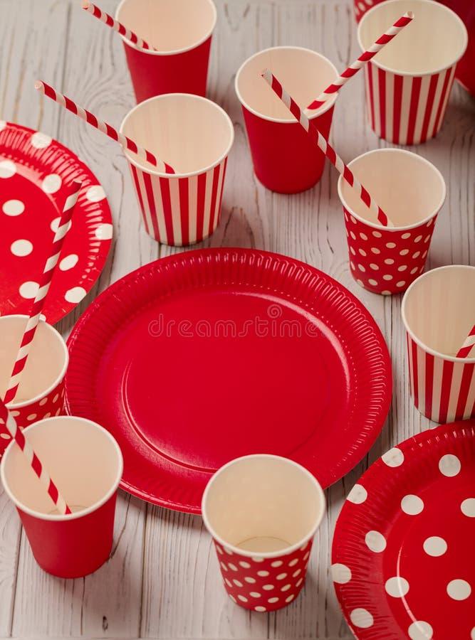 Disponibla pappers- redskap av röd och vit färg på en grå woode fotografering för bildbyråer