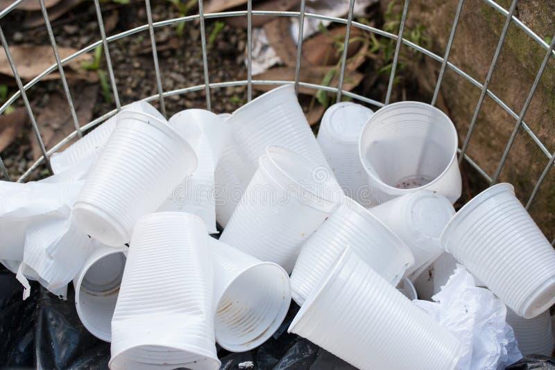 Disponibla plast-koppar på den öppna behållaren royaltyfri bild