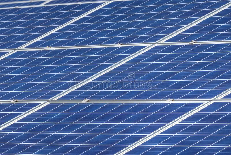 Disposição ascendente próxima das fileiras de células solares ou de photovoltaics fotografia de stock royalty free