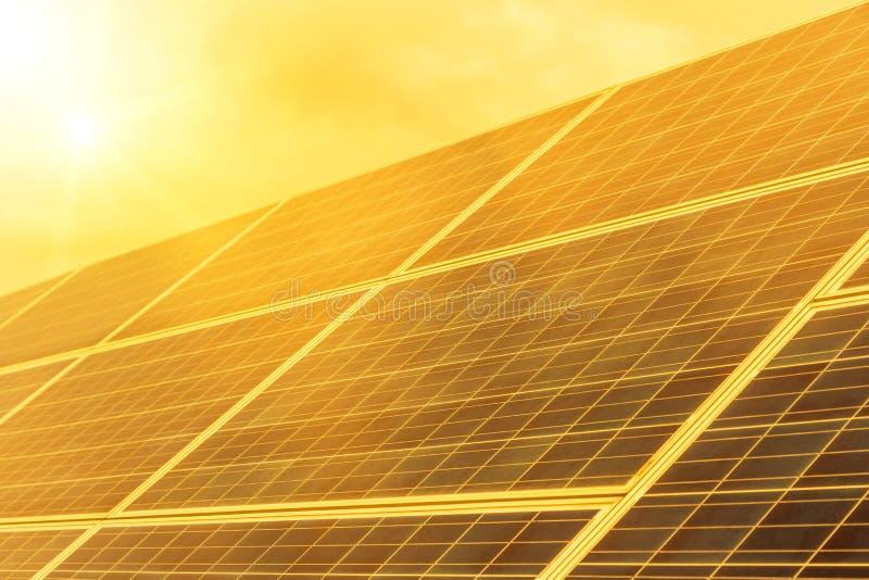 Disposição ascendente próxima das fileiras de células solares ou de photovoltaics em sistemas da planta de energias solares no po foto de stock royalty free