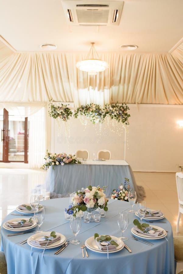 Disposição bonita da tabela para convidados em um casamento Uma decoração da tabela imagem de stock royalty free