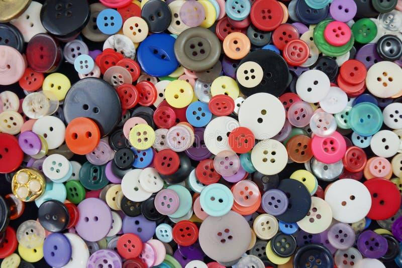 Disposição colorida de costurar botões - fundo fotos de stock royalty free