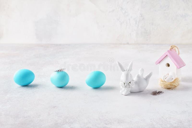 Disposição criativa da Páscoa com coelho bonito, ninho e os ovos coloridos imagem de stock royalty free