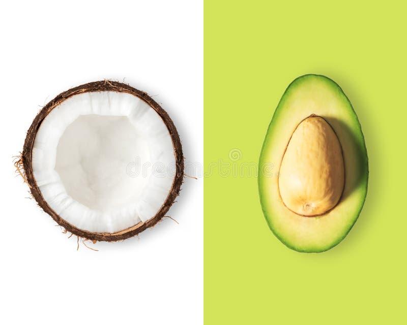 Disposição criativa feita do coco e do abacate Configuração lisa imagem de stock