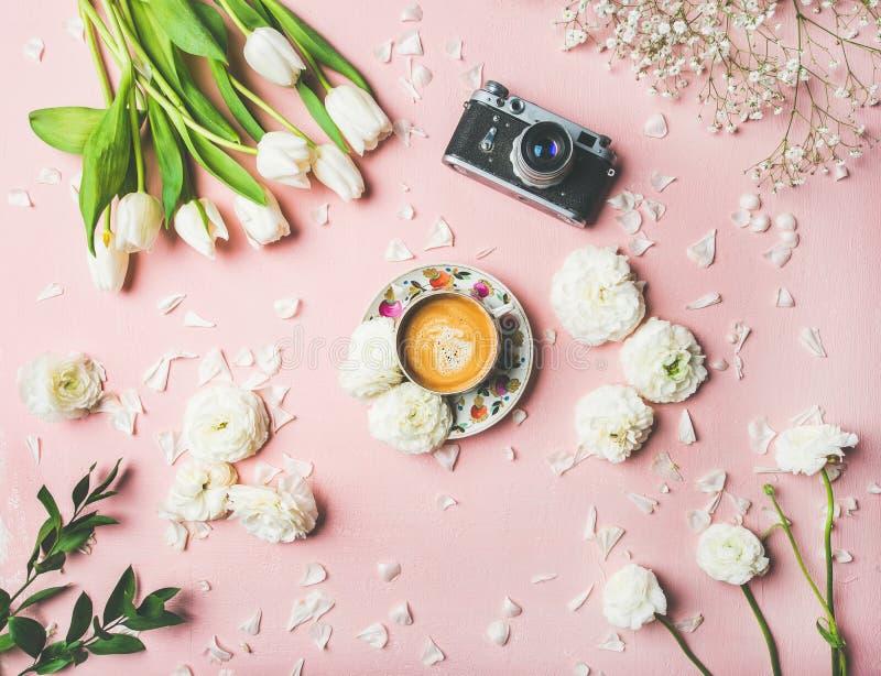 Disposição da mola com café, câmera e as flores brancas imagens de stock