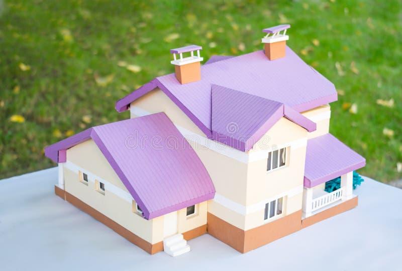 Disposição de uma casa feita do papel Casa de campo bege diminuta de papel w fotografia de stock