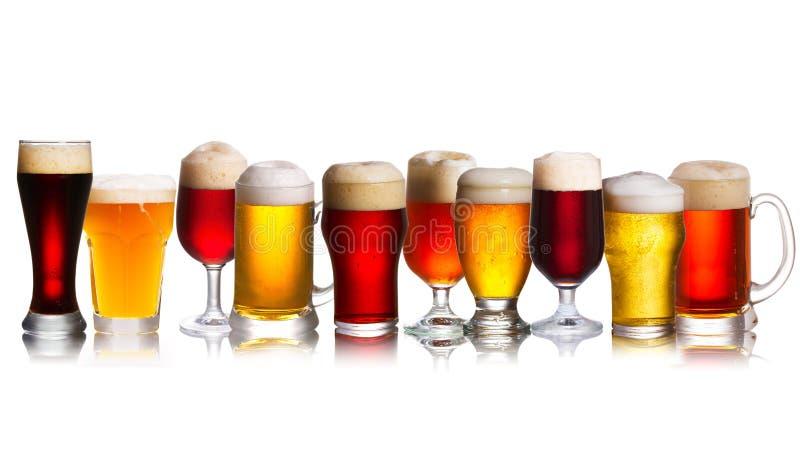 Disposição de vários tipos de cervejas Seleção de vários tipos de cerveja, cerveja inglesa imagens de stock
