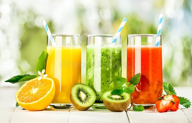 Disposição deliciosa de sucos de fruto fresco fotos de stock royalty free
