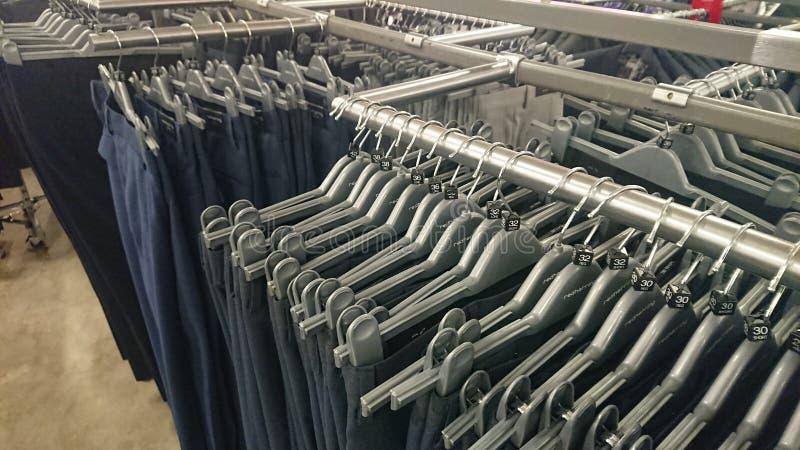 Disposição do gancho de roupa da loja imagem de stock