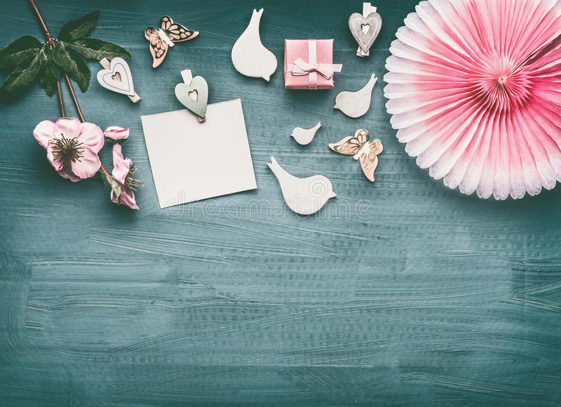 Disposição dos feriados com flores, os pássaros decorativos, a caixa de presente cor-de-rosa, a zombaria vazia do cartão de papel foto de stock royalty free