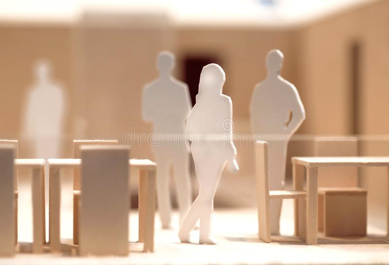 Disposição dos povos do encontro e a fala, de madeira e do cartão, modelo de uma comunicação humana imagens de stock