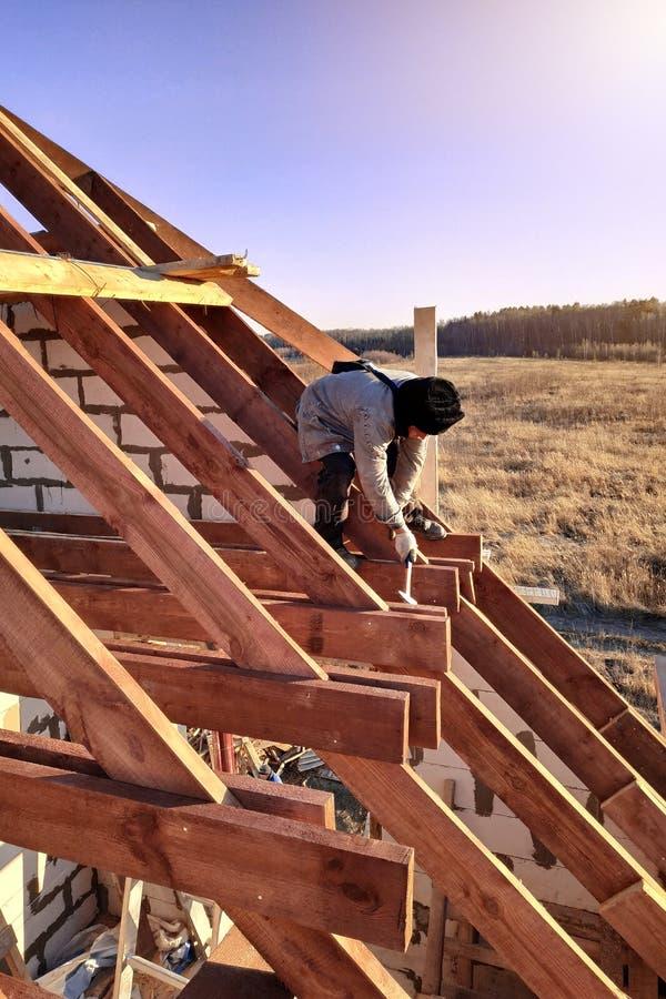 Disposição e instalação de vigas do telhado em um projeto de construção residencial comercial novo moldando contratantes fotografia de stock royalty free