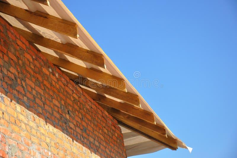 Disposição e instalação do telhado Fafters e do beirado imagens de stock
