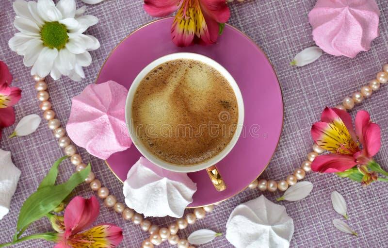 A disposição em cores cor-de-rosa no tema do resto luxuoso com café, doces, flores e close up da pérola fotos de stock