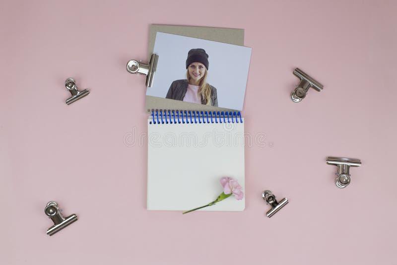 Disposição para apresentações com um caderno aberto e uma foto de uma menina Vista de acima imagem de stock