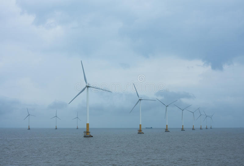 Disposições a pouca distância do mar das turbinas eólicas fotos de stock