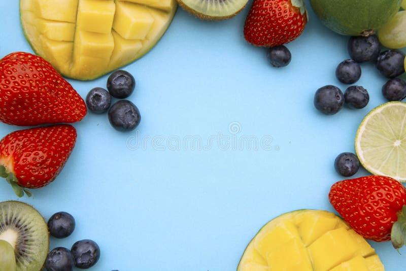 Disposi??o criativa feita de frutos do ver?o, quadro Configura??o tropical do plano Uvas, manga, morango, mirtilo, quivi, hortel? foto de stock royalty free