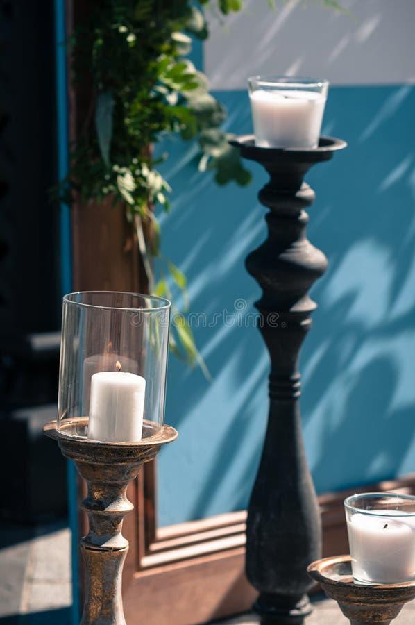 Disposición al aire libre de la decoración del evento de la boda, pantalla de madera azul, pizca fotografía de archivo