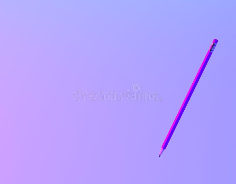 Disposición creativa del lápiz en fondo olográfico púrpura y azul intrépido vibrante de la pendiente de los colores r fotografía de archivo libre de regalías