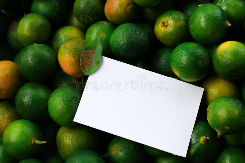 Disposición creativa hecha de flores y de hojas con la nota de la tarjeta de papel fotografía de archivo libre de regalías
