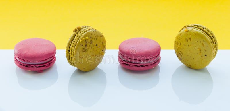 Disposición creativa hecha de macarrones coloridos en el fondo blanco y amarillo Endecha plana Concepto del alimento imagen de archivo libre de regalías