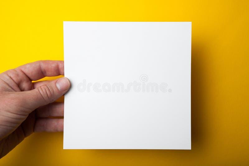 Disposición cuadrada vacía a disposición en un fondo amarillo fotografía de archivo