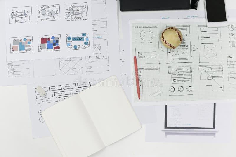 Disposición de diseño de lanzamiento del contenido del sitio web del negocio en el papel imagen de archivo libre de regalías
