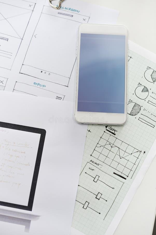 Disposición de diseño de lanzamiento del contenido del sitio web del negocio en el papel fotos de archivo libres de regalías