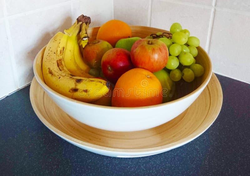 Disposición de la cesta de fruta con las frutas fotos de archivo