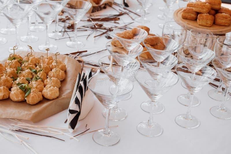 Disposición de la decoración de la barra de caramelo de la boda con las tortas y los dulces deliciosos fotografía de archivo libre de regalías