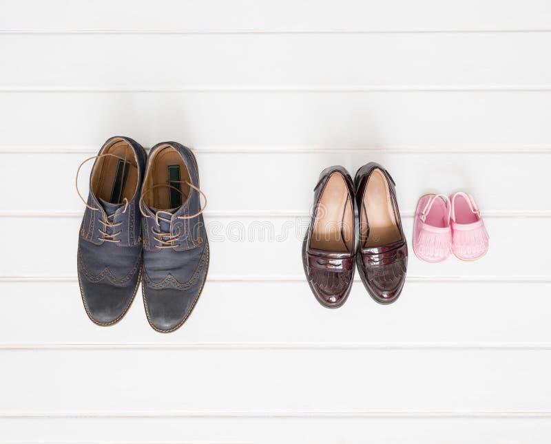 Disposición de los zapatos de los varones, de las hembras y de los niños fotos de archivo libres de regalías