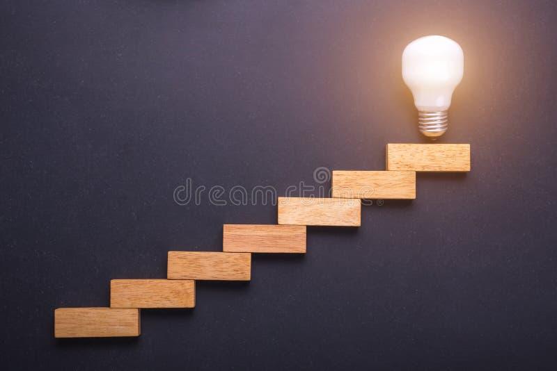 Disposición de madera del bloque para la escalera con las bombillas en el top po imagen de archivo