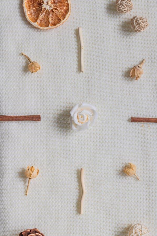 Disposición de una bufanda blanca o de una manta texturizada, de lana Especias, flores secadas, fruta cítrica, cono del pino Otoñ imagen de archivo libre de regalías