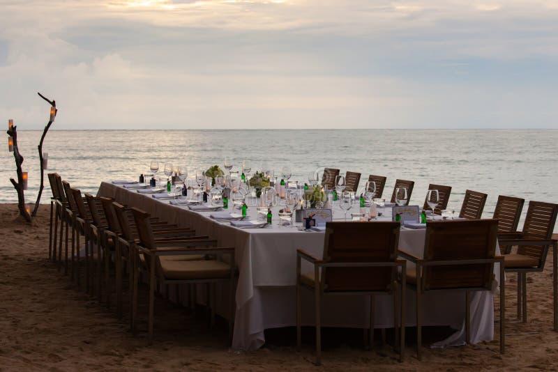 Disposición larga de la cena de boda de la tabla imagen de archivo
