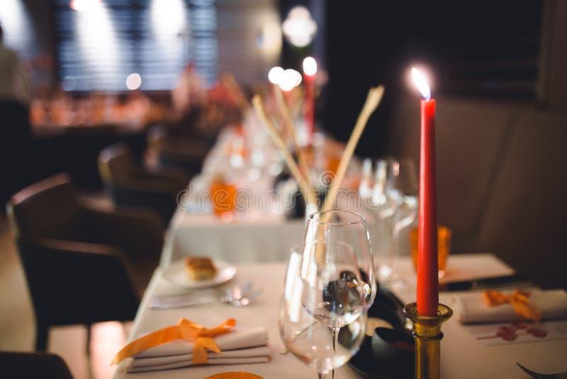 Disposición romántica de la cena, decoración roja con la luz de la vela en gastro un restaurante de lujo del pub Foco selectivo P imagenes de archivo