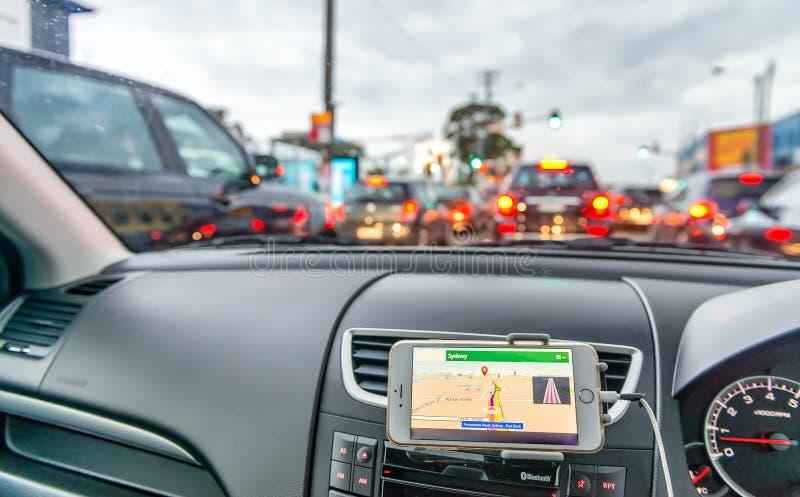 Dispositif de GPS dans une voiture, système de navigation satellite le long de stre de ville images libres de droits