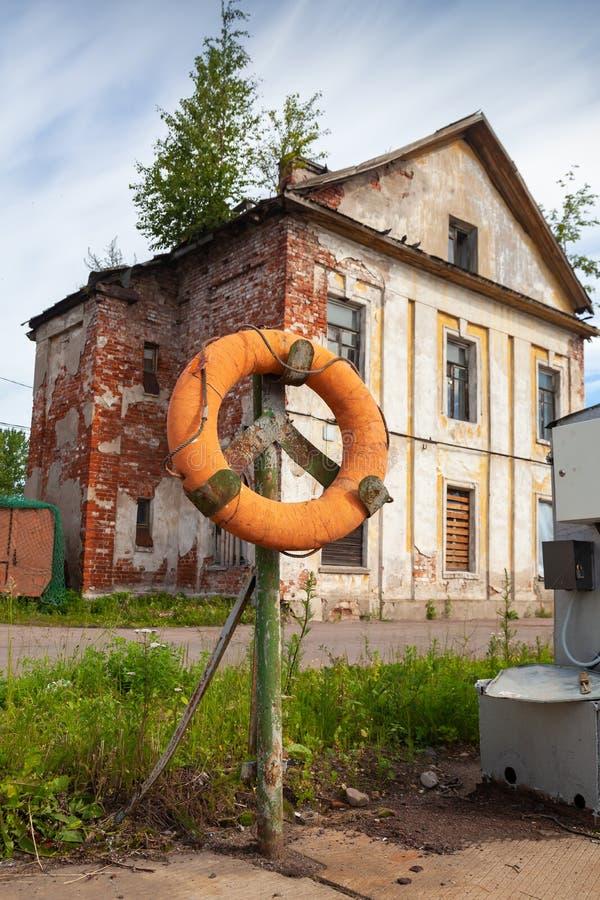 Dispositif de protection de l'eau, bouée de sauvetage orange photographie stock