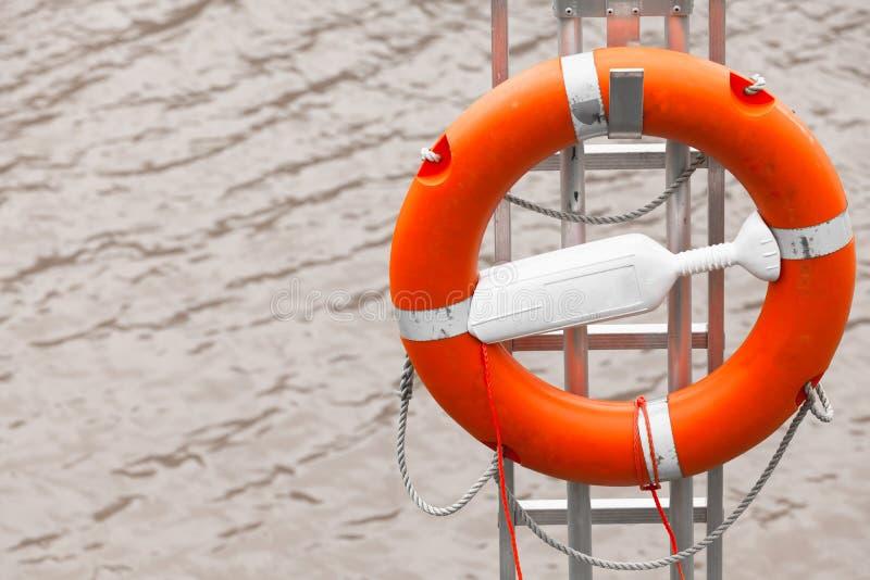 Dispositif de protection de l'eau Lifebuoy rouge photo stock