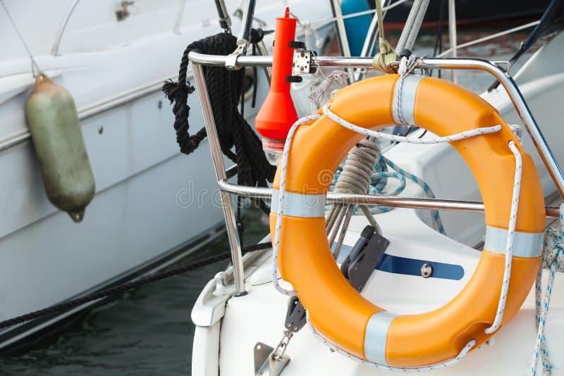 Dispositif de protection moderne de yacht, bouée de sauvetage orange photos stock