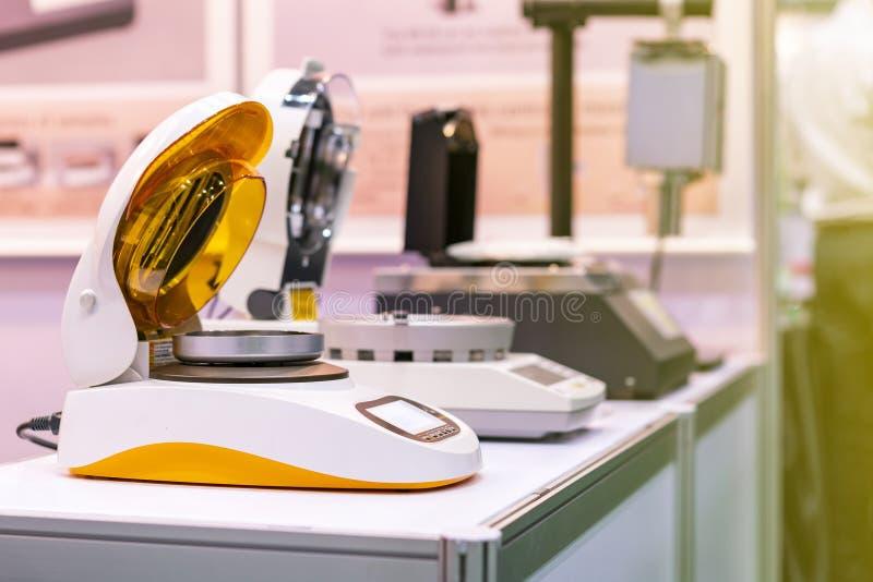 Dispositif infrarouge automatique d'analyseur d'humidité pour la perte de poids vérifiant et calculée à % de contenu d'humidité l photos libres de droits