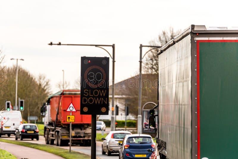 Dispositif intelligent de clignotant de contrôle de limitation de vitesse de 30 M/H sur la route BRITANNIQUE d'autoroute images libres de droits
