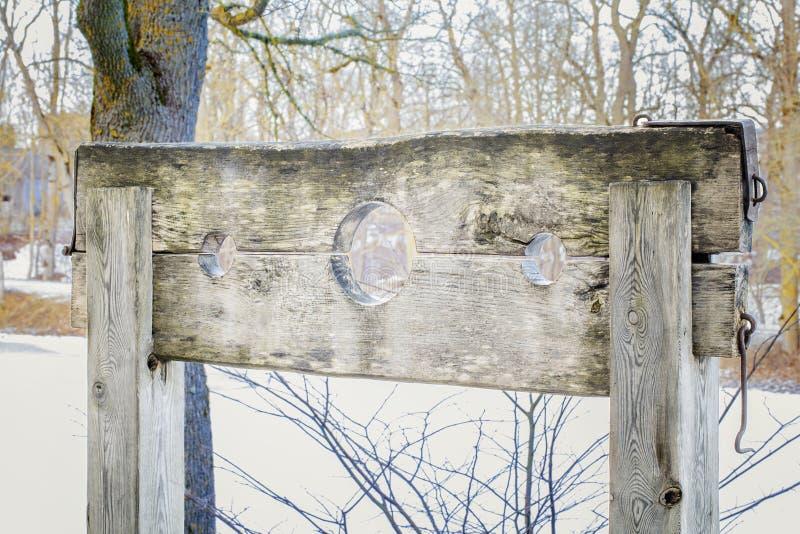 Dispositif médiéval en bois de torture aux oudoors image stock