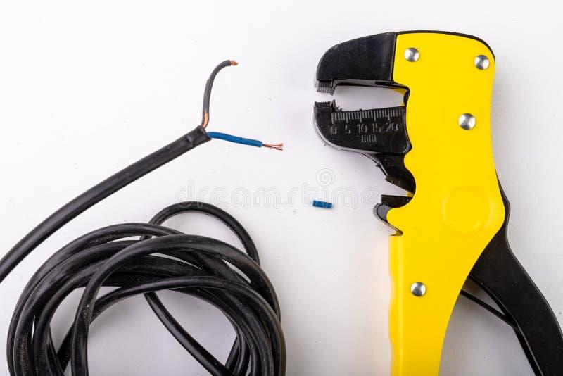Dispositif pour enlever l'isolation des câbles électriques Accessoires pour l'installateur électrique images stock